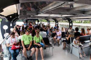 Auf dem Boot mit Sitzreihen und Menschen