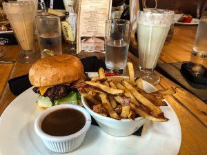 Burger und Pommes auf Tisch