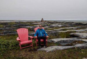 Ich sitze auf Stühlen in der Landschaft