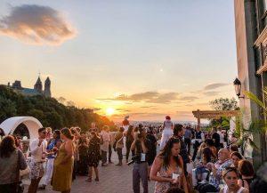 Sonnenuntergang auf der Terrasse mit Menschen