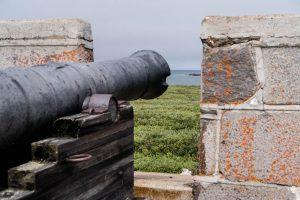 Blick auf Kanone und Mauer in Churchil