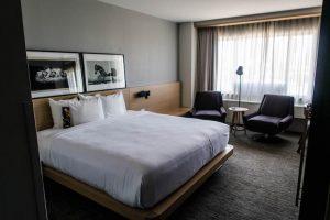 Hotelzimmer mit Bett