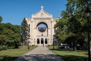 Die Kathedrale von außen mit Bäumen