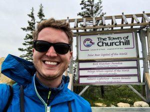Selfie vor Ortsschild von Churchill Kanada