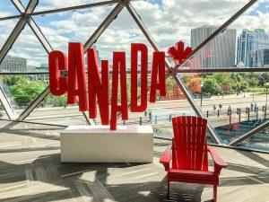 Kanada Schild und Stuhl vor Glaswand