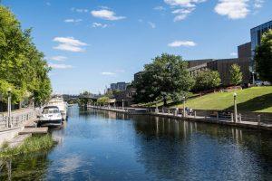 Kanal durch Grünanlage