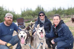 Foto mit drei Leuten und Schlittenhunden