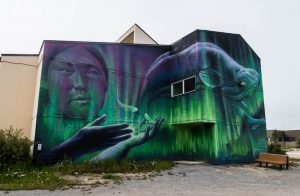 Wandmalerei mit Frau und Wal