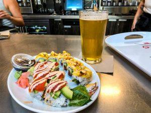 Sushi und Bier auf Tisch