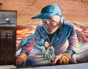 Graffiti mit Frau in Straße