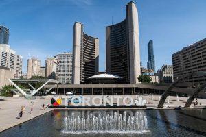 Am Nathan Phillips Platz mit Rathaus in Toronto