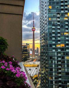 Blick auf den CN Tower beim Sonnenuntergang