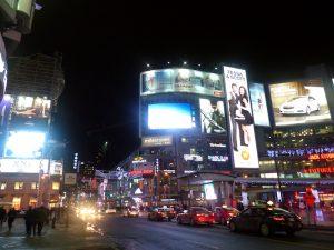 Nächtliche Straße und Neonlichter