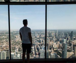 Person mit Blick auf die Skyline