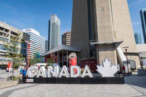Schriftzug vor dem sehenswerten CN Tower in Toronto