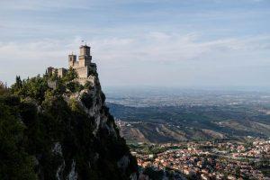 Blick auf den Turm auf dem Berg und Italien im Hintergrund
