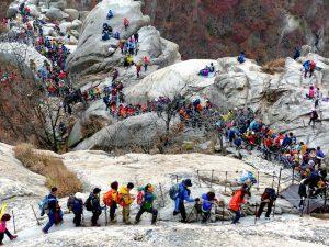 Wanderer im Bukhansan Park als Sehenswürdigkeit in Südkorea