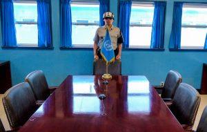 Tisch mit Soldat an der DMZ Korea