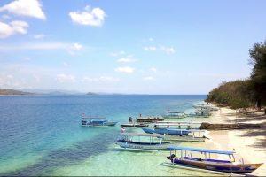 Strand von Gili Nanggu mit Booten