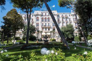 Blick auf Hotel im Garten