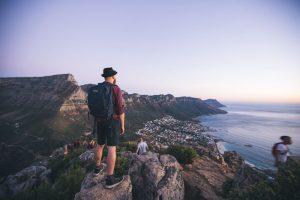Ausblick auf Kapstadt beim Südafrika Backpacking mit Mann im Vordergrund