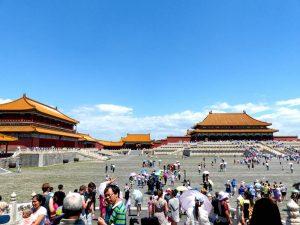 Verbotene Stadt als eine beliebte Sehenswürdigkeit in Peking mit vielen Menschen