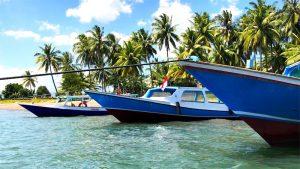 Boote im Wasser am Strand