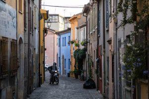 Bunte Straßen in Rimini im Viertel Borgo San Giuliano