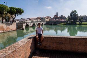 Blick auf Kanal und Brücke mit Person im Vordergrund