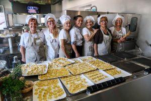 Frauen mit Pasta beim Kochkurs