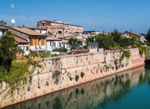 Blick auf Häuser am Ufer des Flusses