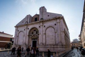Tempio Malatestiano als eine der Rimini Sehenswürdigkeiten von außen