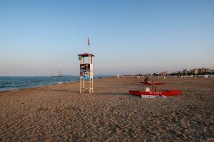 Am Strand mit kleinem Turm