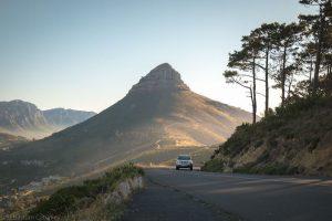 Straße mit Auto und Berg im Hintergrund