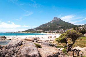 Strand und Berg im Hintergrund in Südafrika