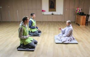 Personen meditieren auf Boden
