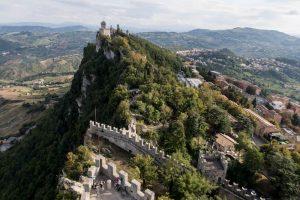 Blick auf Türme und Berge in San Marino