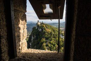 San Marino Sehenswürdigkeiten Blick durch Fenster auf Turm