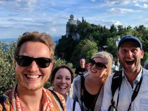 Selfie mit vier Personen vor Turm in San Marino