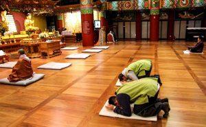 Zeremonie im Tempel mit Menschen auf dem Boden