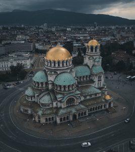 Blick auf Alexander Newski Kathedrale von oben mit dunklen Wolken