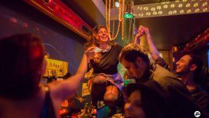 Nachtleben in den Clubs mit tanzenden Menschen