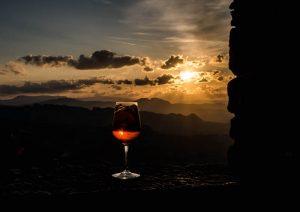 Sonnenuntergang mit Blick auf Italien von San Marino und Glas im Vordergrund