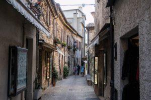 Gassen und Straßen in San Marinos Altstadt bei Italien