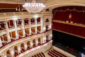 Das Theater in Rimini von innen mit Kronleuchter und Vorhang