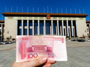Geldschein vor Gebäude am Tiananmen Platz Peking