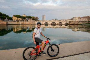 Ich auf Fahrrad vor der Tiberius Brücke