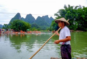 Auf dem Fluss mit Floß in Yangshuo in China