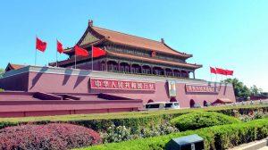 Am Tiananmen Platz in Peking mit großem Tor