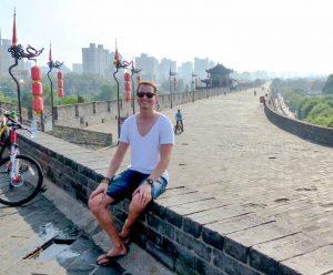 In Xian auf der Stadtmauer beim Backpacking in China